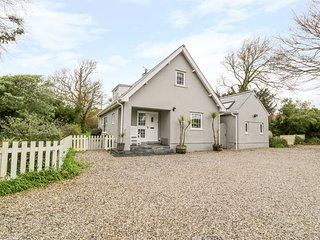 THE ORCHARD, detached, large family house, pet-friendly, open fire, hot tub, in