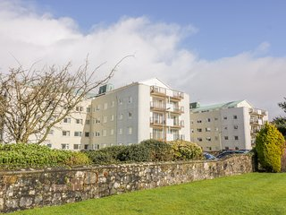 CUMBRAE VIEW, spacious interior, en-suite, 2 bedrooms, Largs