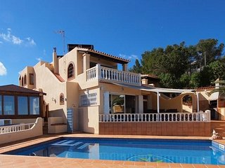 6 bedroom Villa with Pool, WiFi and Walk to Beach & Shops - 5047410