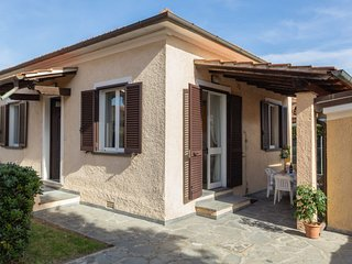 2 bedroom Villa with WiFi and Walk to Beach & Shops - 5055106