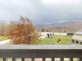 NEW LISTING! Cozy condo w/views of slopes w/shared pools, hot tub, gym & sauna