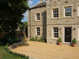 BEECH HOUSE, luxury cottage with en-suite, woodburner, WiFi, walks in the area