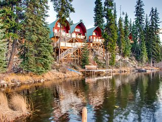 Charming lake-view retreat with private bubbling hot tub and amazing lake views