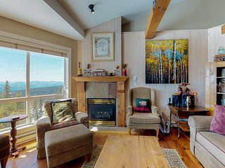 Homey ski-in/out condo w/ marvelous mountain views & shared hot tubs!