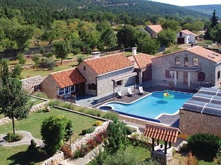 Awesome home in Cista Velika w/ Jacuzzi and 3 Bedrooms