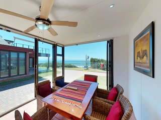 Cozy bungalow w/ gorgeous views of the water - walk to the beach!