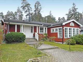 Nice home in Saltsjö-Boo w/ Sauna, WiFi and 3 Bedrooms