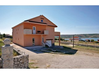 Amazing home in Rtina w/ WiFi and 3 Bedrooms