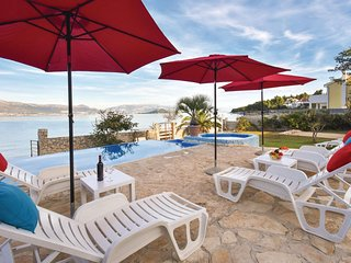 Nice home in Slatine w/ Jacuzzi, WiFi and 6 Bedrooms (CDT240)