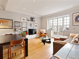 Contemporary 2-Bed w/ Lovely Patio in Belsize Park