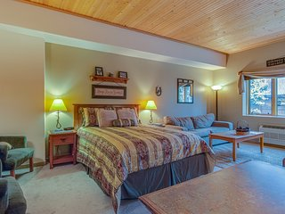 Cute, cozy studio w/ shared pool & hot tub - walk to the slopes!