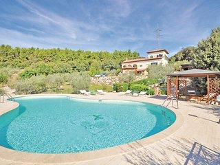 Mooi huis met zwembad op een heuvel met uitzicht