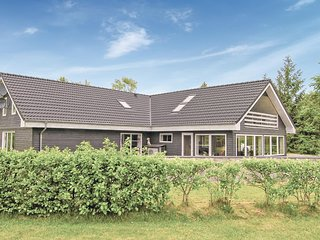 Nice home in Glesborg w/ Sauna, WiFi and 6 Bedrooms
