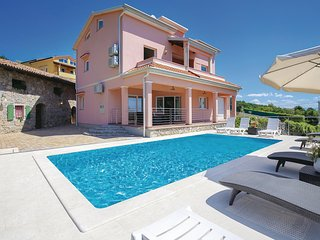 Beautiful home in Icici w/ Jacuzzi, WiFi and 4 Bedrooms