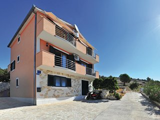 Awesome home in Mavarstica w/ 4 Bedrooms