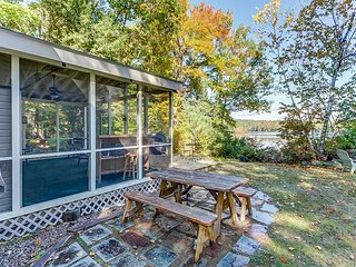 NEW LISTING: Waterfront Cottage on Big Pea Porridge Pond w Private Beach!
