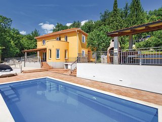 Nice home in Icici w/ WiFi, 5 Bedrooms and Sauna