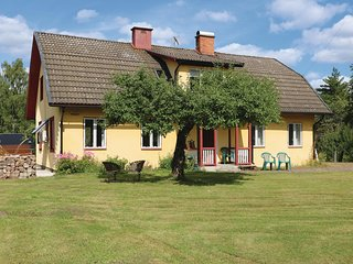 Awesome home in Savsjostrom w/ 5 Bedrooms
