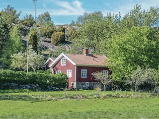 Stunning home in Grundsund w/ 2 Bedrooms