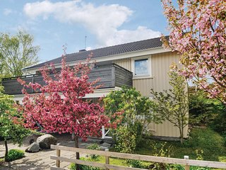 Stunning home in Grundsund w/ WiFi and 4 Bedrooms