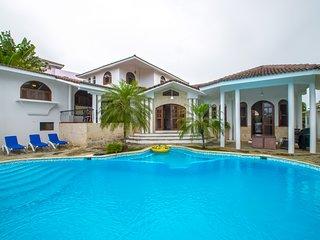 5 bedroom Villa with amazing garden and pool