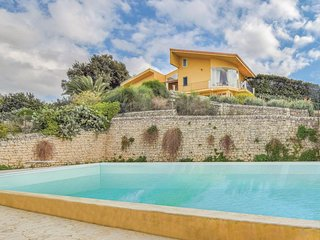 Nice home in Modica w/ WiFi, 6 Bedrooms and Outdoor swimming pool (ISR163)