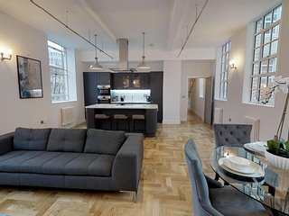 Grand Stay at Sassie Homes, Birmingham City centre with Free Parking, Sleeps 6