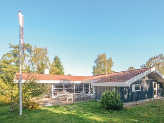 Amazing home in Væggerløse w/ Sauna and 4 Bedrooms