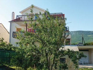 Amazing home in Kastel Luksic w/ 3 Bedrooms