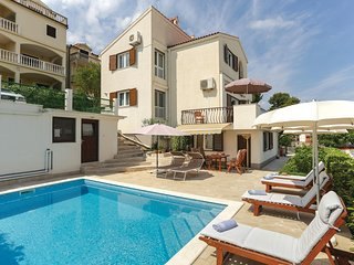 Awesome home in Okrug Donji w/ WiFi and 4 Bedrooms