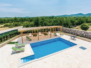 Nice home in Bilisane w/ WiFi and 5 Bedrooms