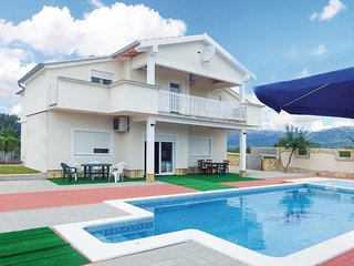Nice home in Bilisane w/ WiFi and 6 Bedrooms