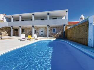 Awesome home in Nadin w/ WiFi and 3 Bedrooms
