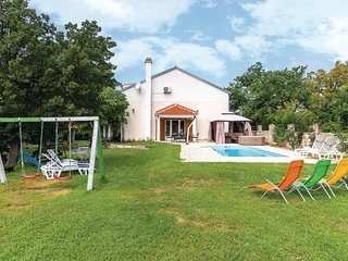 Amazing home in Lozovac w/ Jacuzzi, WiFi and 4 Bedrooms