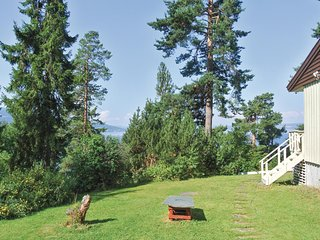 Awesome home in Krokkleiva w/ 4 Bedrooms