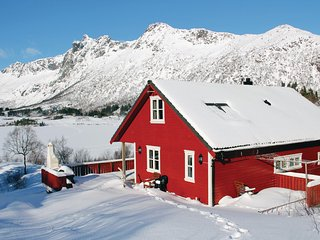 Beautiful home in Svolvaer w/ WiFi and 4 Bedrooms (N39315)