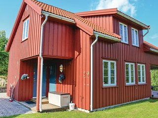 Awesome home in Risor w/ Sauna and 4 Bedrooms