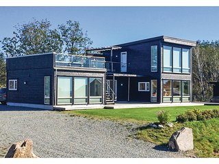 Nice home in Lindesnes w/ Jacuzzi and 5 Bedrooms