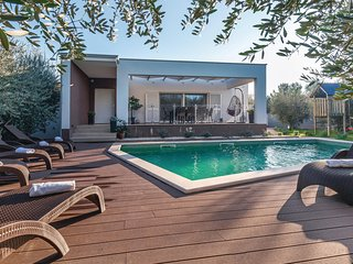 Stunning home in Pomer w/ WiFi, 3 Bedrooms and Outdoor swimming pool