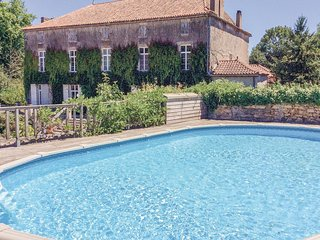 Amazing home in Feuillade w/ 2 Bedrooms