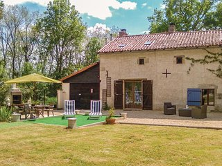 Stunning home in Usson du Poitou w/ 4 Bedrooms