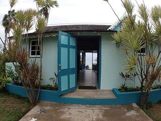 Beachfront!  Cook and Housekeeping daily! Kayaks!Bahia