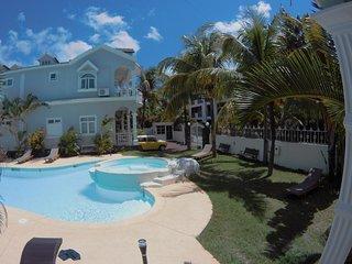Jolie villa dans un jardin exotique a 3 mn de la plage de trou aux biches