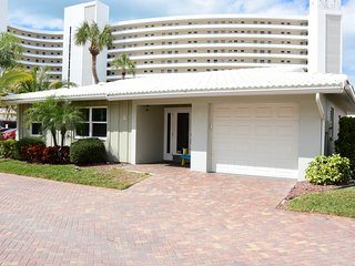 2Bd/2Bath NEW Remodeled Villa just steps away from Siesta Beach!