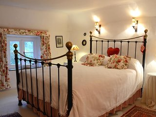Characterful thatched cottage in hamlet, sleeps 6