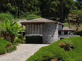 Casa com 3 suítes e piscina entre Petrópolis e Itaipava