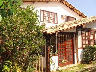 Casa em Geribá, Búzios, perto da praia e em condomínio com piscina e sauna. 03 q