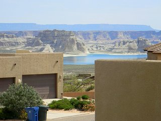 Plush, Large 3 BR Lake Powell Vacation Home near Marina & Views of the Lake