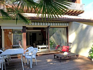 2 bedroom Apartment with Walk to Beach & Shops - 5364983