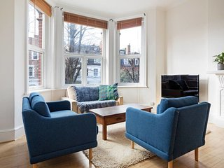 Victorian-style 3-Bed Apt, 5 min to Finchley Road